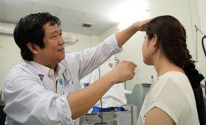 bác sĩ chuẩn đoán và đưa ra cách chữa nấm da