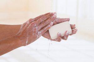 Bị tổ đỉa hạn chế sử dụng xà phòng