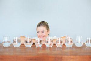 Da mặt bi ngứa nên uống nhiều nước